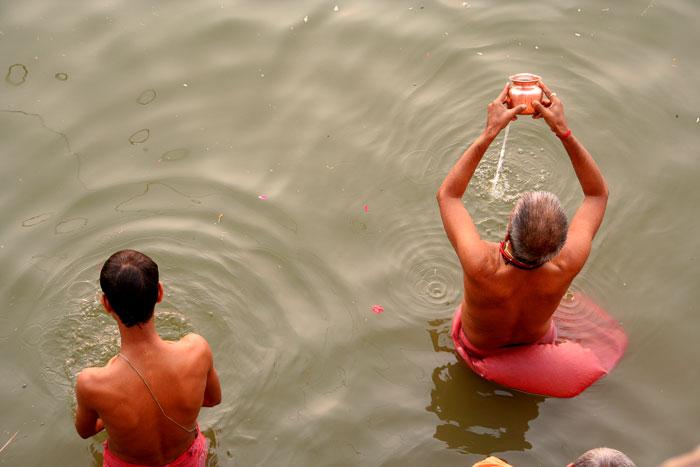 río ganges ceremonia asombrosas cosas que hacer en varanasi