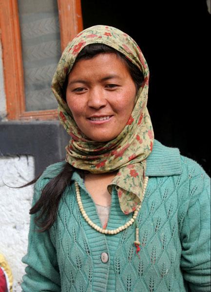 ladakh-woman trekking al markha valley