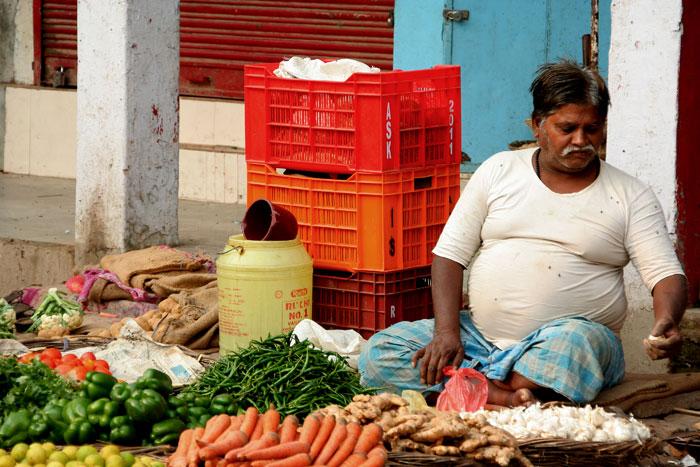 mercado callejero varanasi india