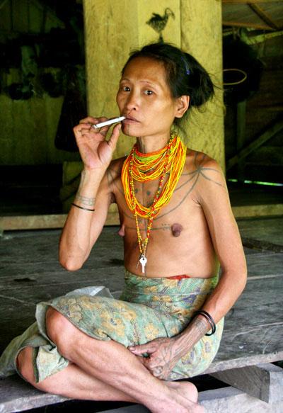 mentawai-woman. mochilero en Indonesia