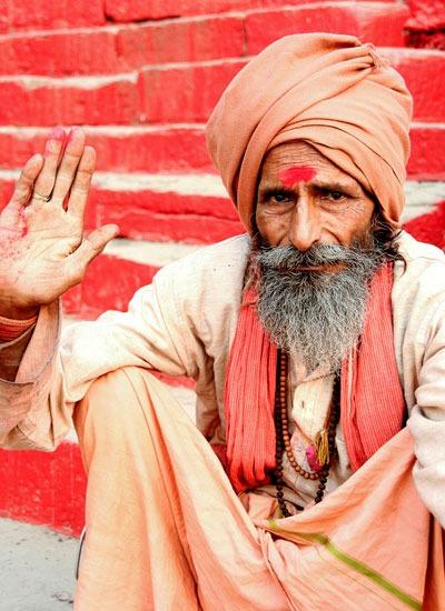 india-saddhu-rojo. que hacer en varanasi