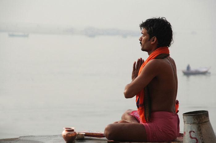 india rezando. que hacer en varanasi