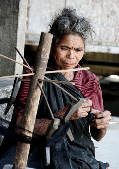 bajawa mujer tejiendo