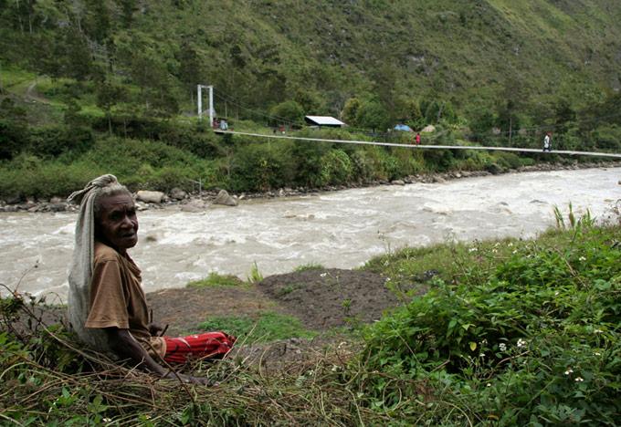bridge kurima hitugi papua Hiking the Baliem Valley on a budget
