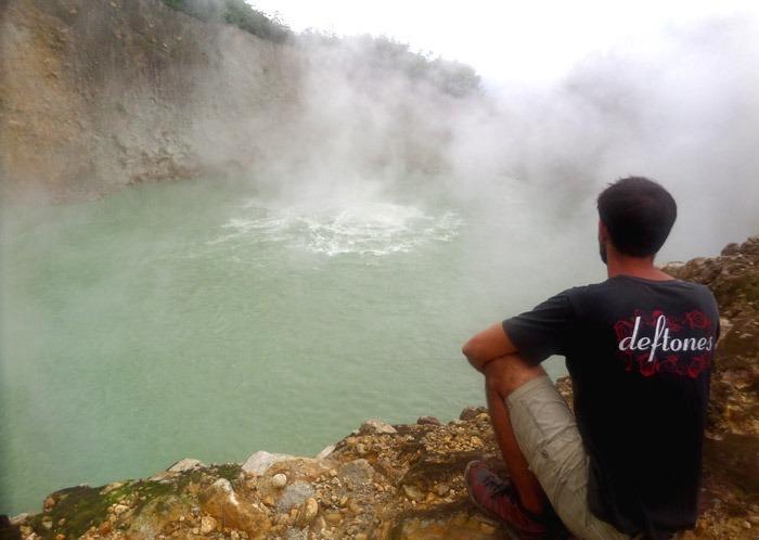 trekking al boiling lake en dominica vapor erupción hirviendo