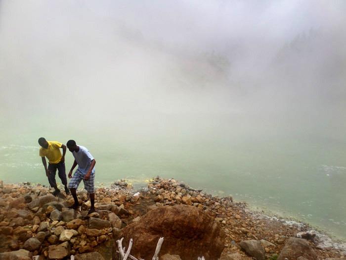 trekking al boiling lake en dominica lago