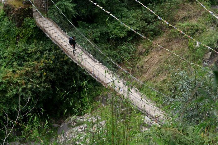 trekking al campo base del annapurna puente