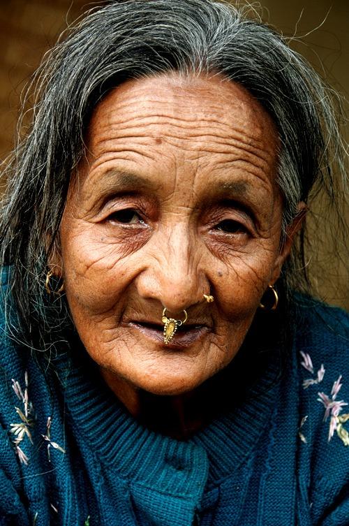 trekking al campo base del annapurna gente señora vieja