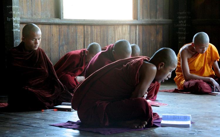 monjes budistas viajar a myanmar